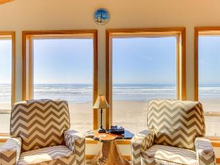 Charming oceanfront, dog-friendly house right on the beach!, Waldport