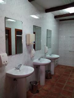 Baños compartidos de las Hospederías, duchas