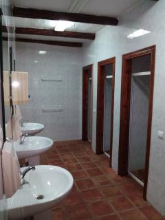 Baños compartidos en las Hospederías, duchas