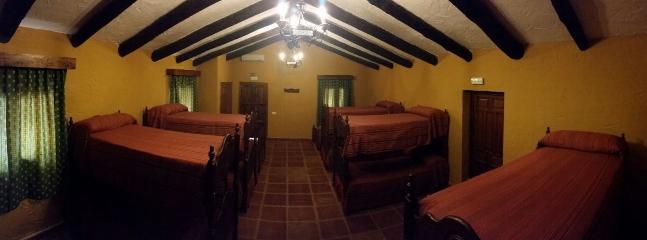 Hospedería con 12 plazas en literas, climatizadas, con taquillas independientes y baño compartido.