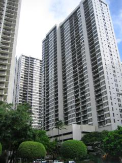 View of Waikiki Banyan towers from street