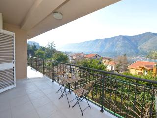 Apartment Lampion - Three Bedroom Apartment with Balcony and Sea View, Kotor