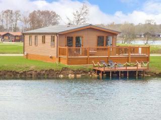 CASTLE VIEW LODGE, ground floor lodge with hot tub, lake views, en-suite, on-sit