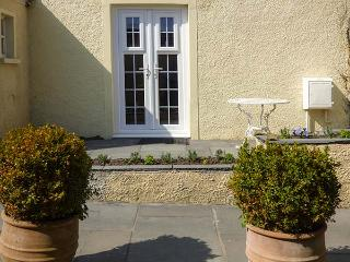 SEAVIEW HOUSE, ground floor apartment, woodburner, private courtyard, WiFi, in Southerndown, Ref 923491