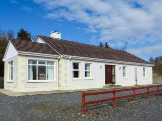 CREESLOUGH VIEW, open fire, pet-friendly, two family rooms, nr Creeslough, Ref