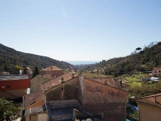 Bilocale nel primo entroterra con terrazzo, Loano