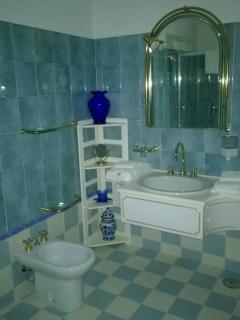 L'ampio bagno della camera 'Gaeta'