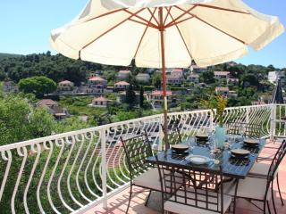 Panoramic Sea & Countryside Views, in Quiet Area, 150m to Centre, 200m to Beach