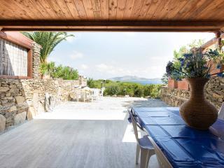 Delizioso appartamento con giardino e vista mare