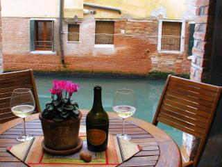 Elegant 2 bedroom with private canalside courtyard, City of Venice