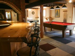 Pine Brook Lodge: 3 fireplaces, sauna, game room, bar, 4 TVs, AC, deck, grill