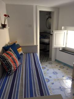 Camera soppalco con ingresso dal giardino, comprende divano letto matrimoniale e bagno in camera