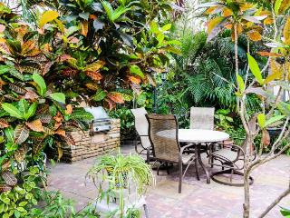Waterfront studio w/ shared garden oasis - half-block to Hollywood Beach