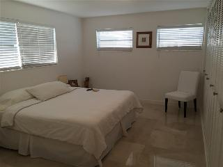 Cozy Private Room in Coral Gables Pent House Condo