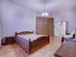 Apartment with 3 bedrooms, 2 bathrooms,city centre, St. Petersburg