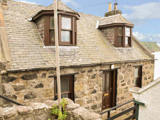 5 CROVIE VILLAGE, woodburner, WiFi, near Gardenstown, Ref 935691