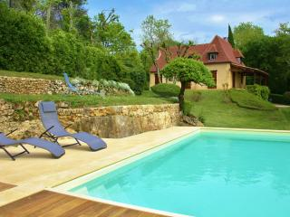 LA FAGEOLE - FABULOUS VIEWS, PARKING, LARGE GARDEN AND PRIVATE POOL IN DOMME!