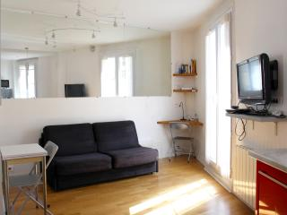 Living romm with sofa bed for 2 guests FREE Internet Wifi and TV