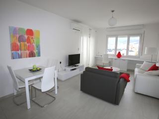 White Residence Luxury Sea Front Apartment E, Saranda