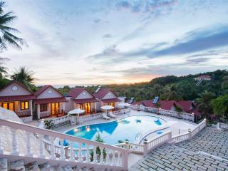 Bungalow at the hill with pool, Duong Dong