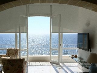Villa di fronte al mare con grande giardino