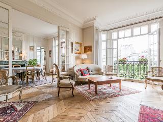Parisian Chic 200m2 Apartment, París