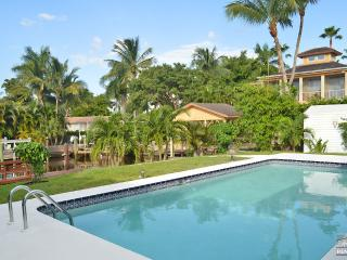 Completely renovated waterfront pool home with direct Gulf access, Nápoles