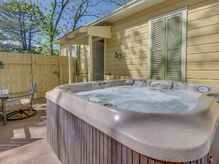 Private patio with hot tub & firepit. Right in downtown with shared pool access!, Fredericksburg