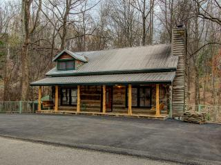 BEAR SANCTUARY - A REAL LOG CABIN - NEW INSIDE !!!, Gatlinburg