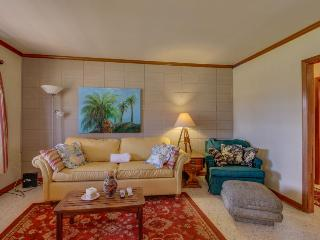 Dog-friendly bungalow with a large yard & outdoor shower!, Panama City Beach