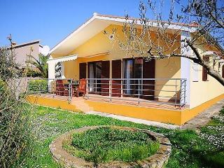 Yellow house, Peroj