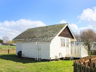 THE LITTLE HAVEN, quaint, single-storey chalet, open plan living, beach 1 min
