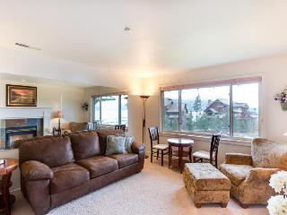 Cozy lakefront condo w/marina, beach volleyball courts, & a shared pool, Harrison