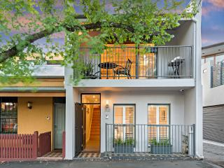 Inner Melbourne stylish 2 bdrm home (Carlton)