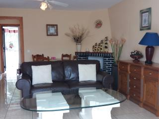 Spacious living room for 4 guests, extending dining table. Free WIFI