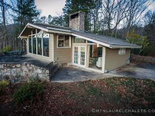 Private 2 bedroom chalet on 8 acres with a flawless view of Mt LeConte, Gatlinburg
