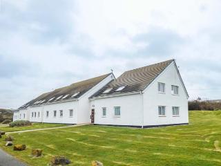 ISALLT LODGE, close to beach, sea views, fantastic walking, Trearddur Bay, Ref