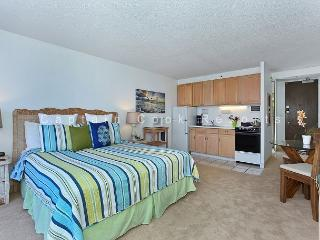 Heart of Waikiki studio on 20th floor - ocean views, WiFi, parking, sleeps 2., Honolulu