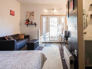 Cozy hip bachelor apt in Los Feliz - walk to SLake, Los Angeles