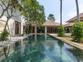 4 BR Villa Private Pool & Jaccuzi 70meter fr Beach