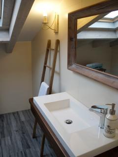 Apartamento PARÍS. Baño abuhardillado, completo con ducha de hidromasaje