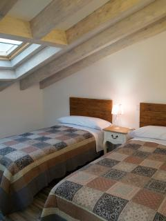 Apartamento PARÍS. Habitación doble abuhardillada con 2 camas de 0,90x2,00