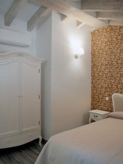 Apartamento PARÍS. Detalle de las vigas de madera de la habitación principal
