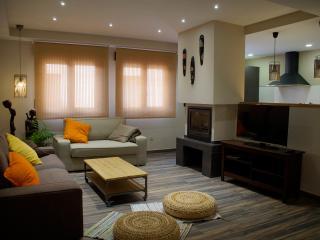 Apartamento NAIROBI. Sala de estar con chimenea, TV, sofás para  5 personas