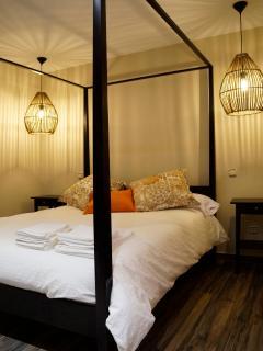 Apartamento NAIROBI, Habitación principal con cama con dosel de madera
