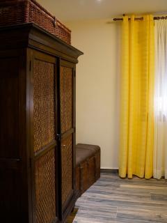 Apartamento NAIROBI. Detalle de armario y baúl en habitación doble de dos camas