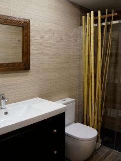 Apartamento NAIROBI. Baño completo con ducha de hidromasaje