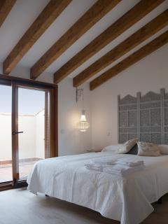 Apartamento AGRA. Habitación principal abuhardillada con terraza privada