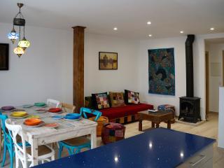 Apartamento AGRA. Sala de estar-comedor, vista desde la cocina