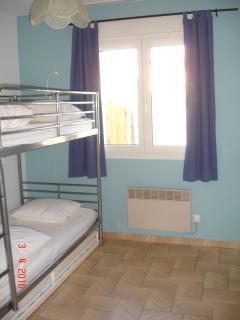 Chambre 2 (lit superposé + lit tiroir)